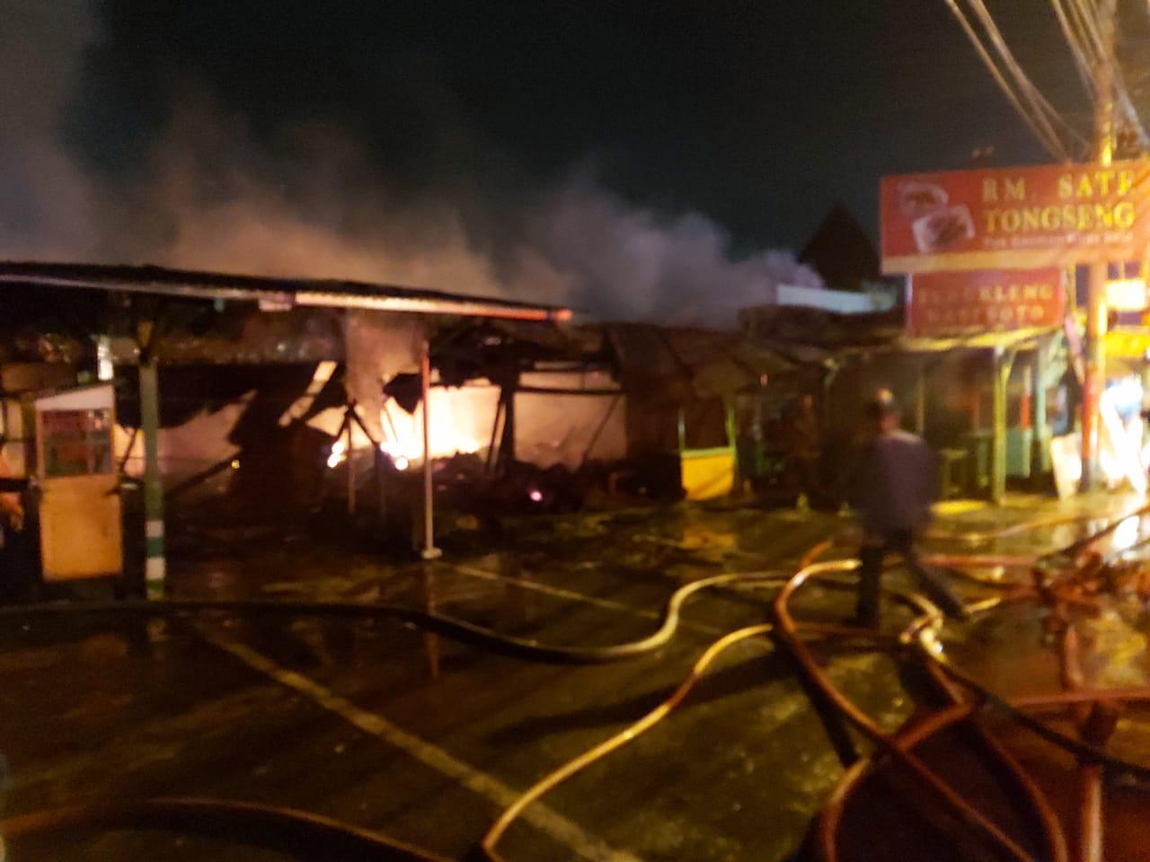 Polsek Ciawi dan Damkar Sigap Padamkan Api di Rumah Makan Tongseng
