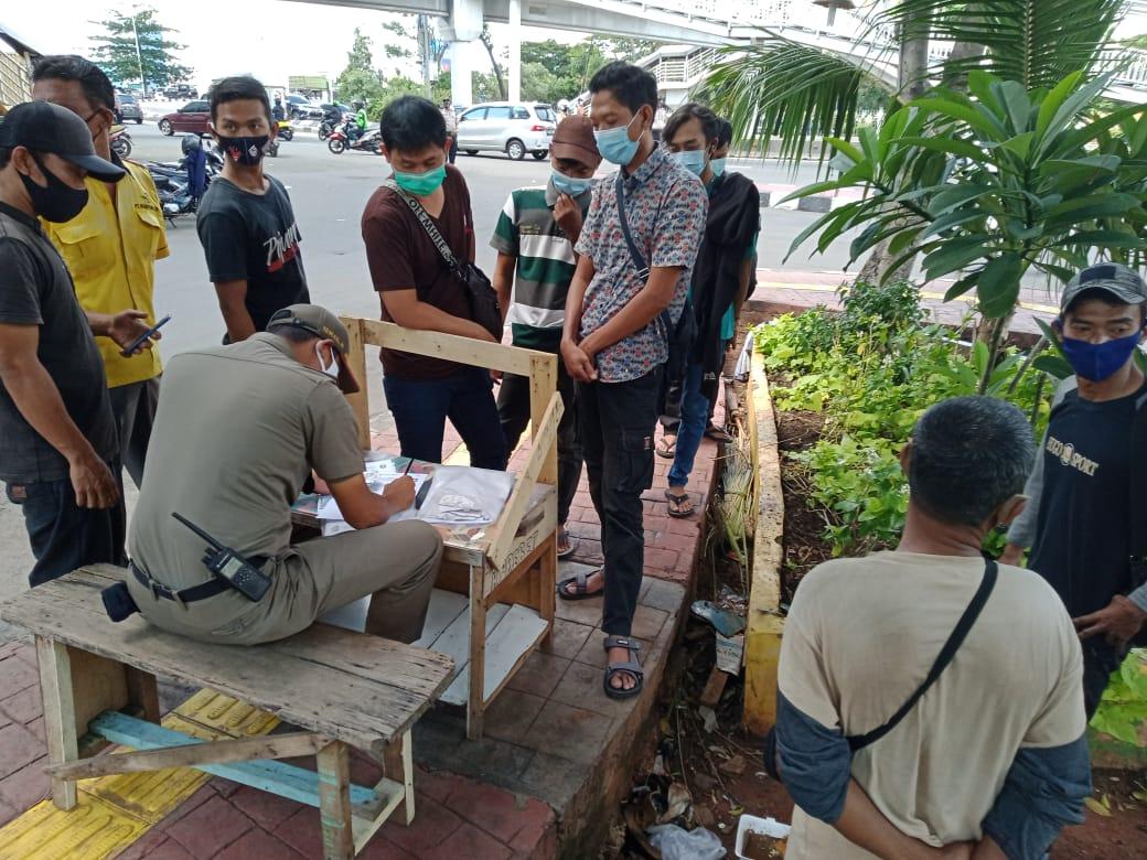Ops Yustisi Tambora petugas Jaring 9 Pelanggar Prokes depan Mall Season City