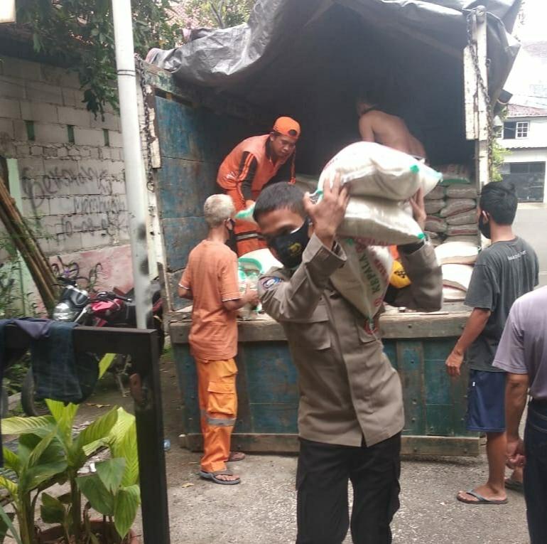 Polri Amankan Pendistribusian Sembako Bantuan Presiden di Duri Kosambi Cengkareng