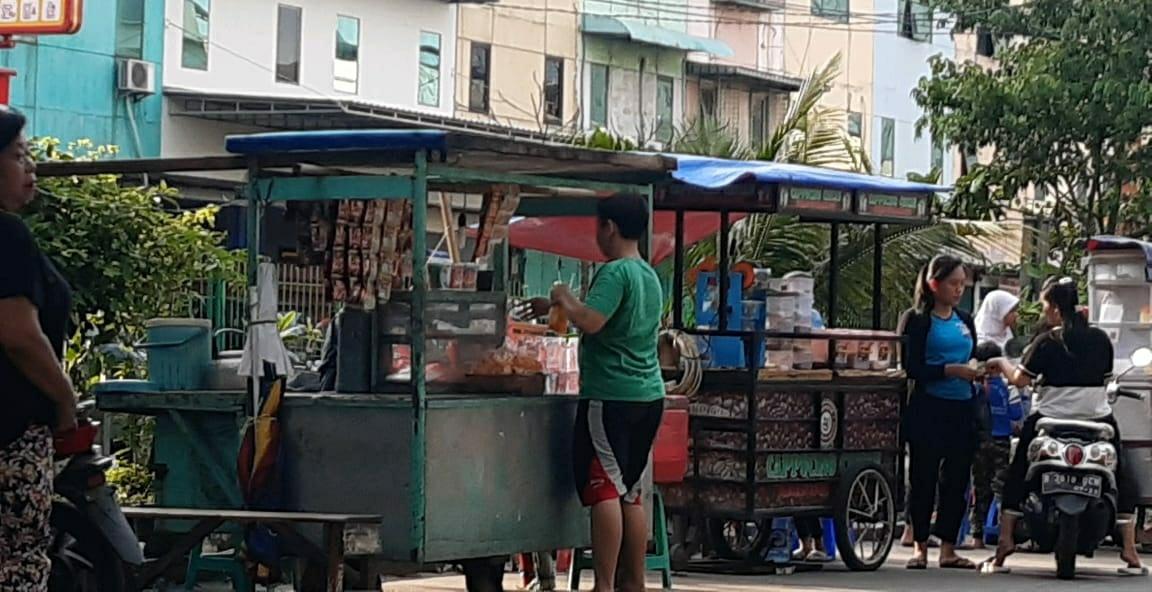 Keberadaan PKL Di Jalan Raya Budimulya Pedemangan Barat Diduga Aman Dari Petugas