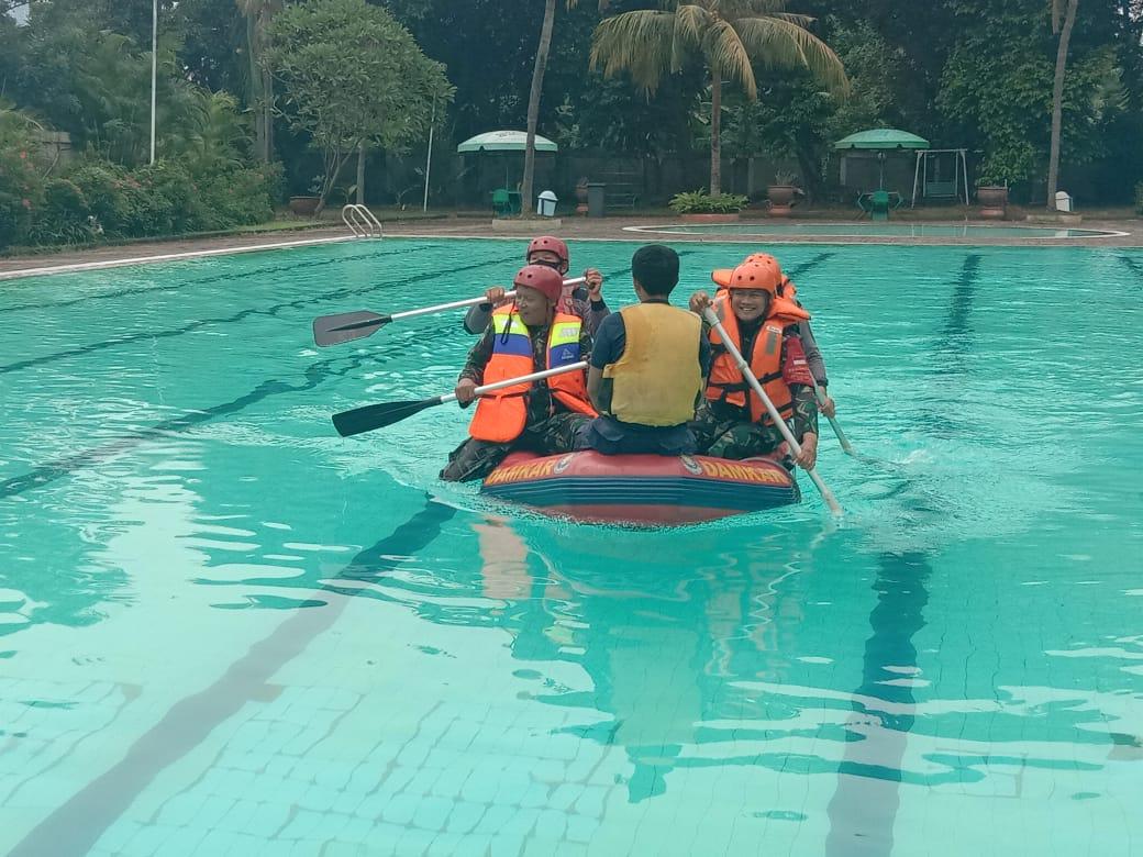 Antisipasi Bencana Banjir, Polsek Kebon Jeruk Gelar Latihan Evakuasi Penanganan Korban Banjir