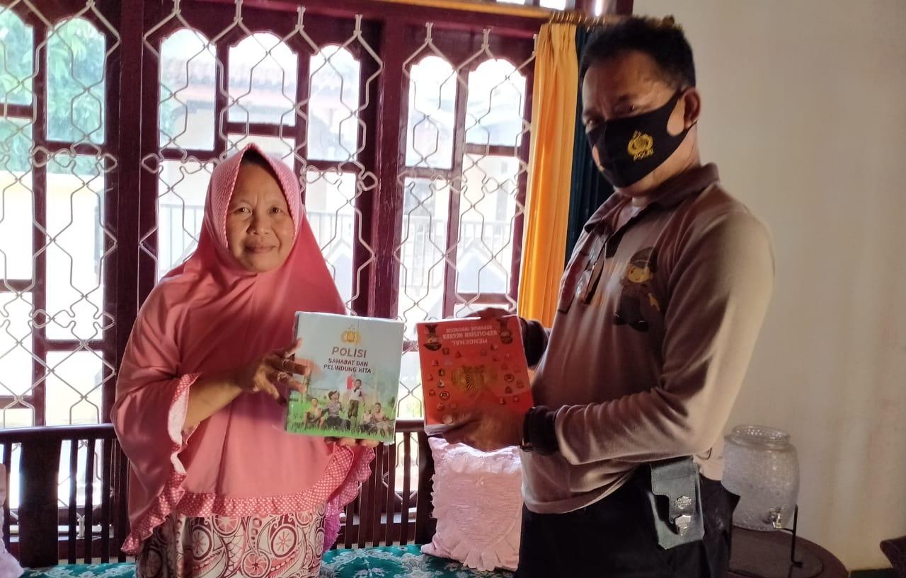 Kenalkan Polri Sejak Dini, Polres Lampung Utara Bagikan Buku ke Sekolah Dasar