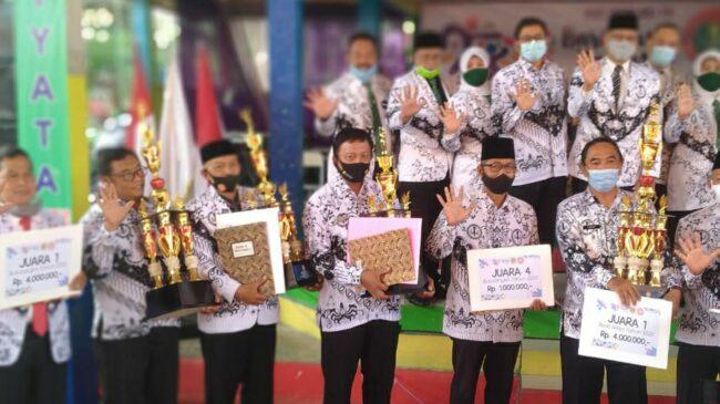 PGRI Cabang Cibinong Rebut Piala Bupati Cabang Bulutangkis