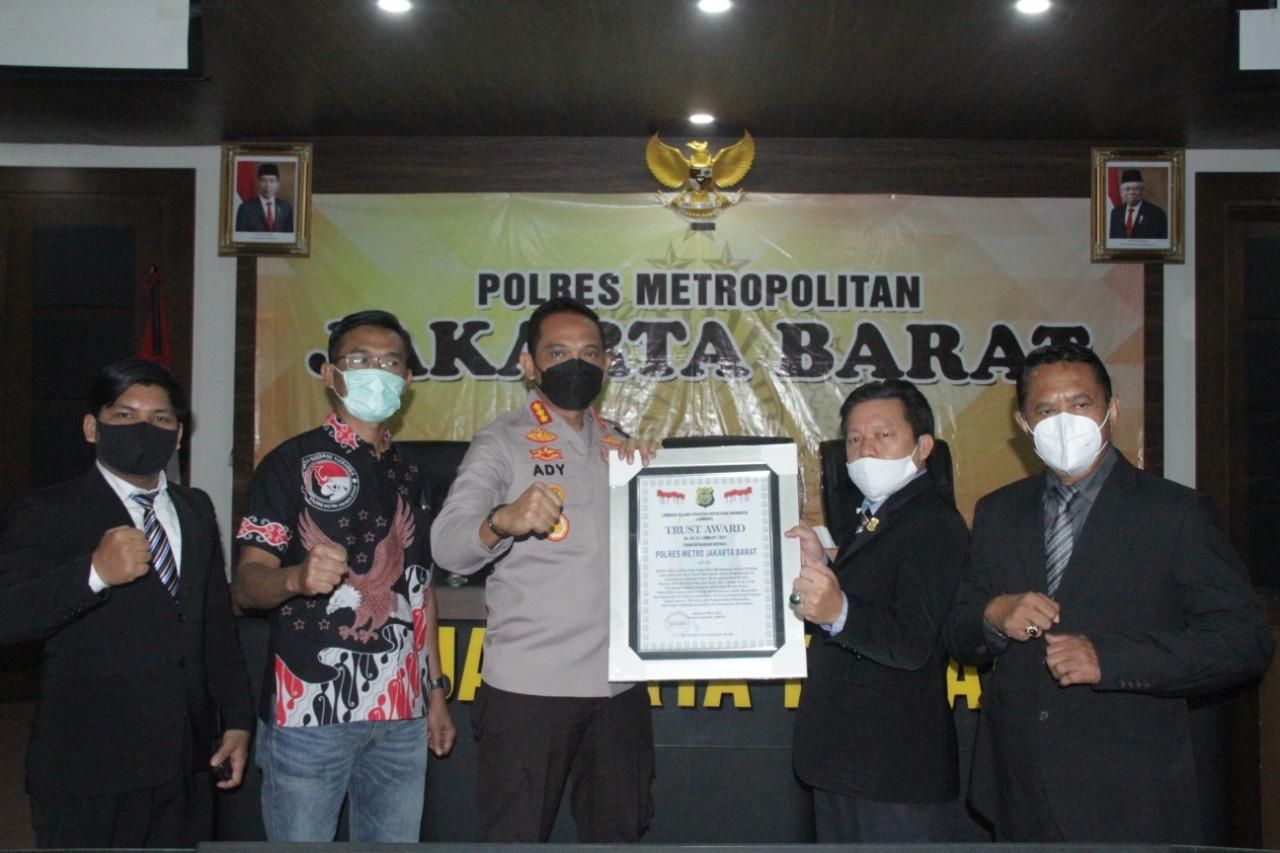 Lemkapi Berikan Penghargaan Trust Award Kepada Polres Metro Jakarta Barat