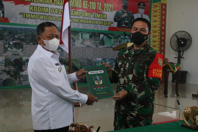 Penutupan TMMD 110, Dansatgas Serahkan Laporan Hasil Kepada Bupati Lampung Timur