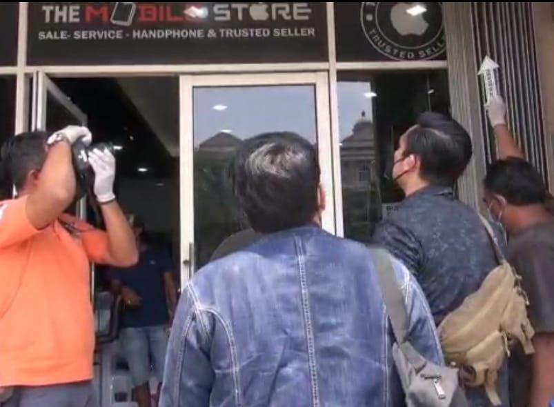 Subnit Resmob Reserse Kriminal Polres Metro Jakarta Barat Melakukan Olah TKP dan Melihat CCTV Counter Hp