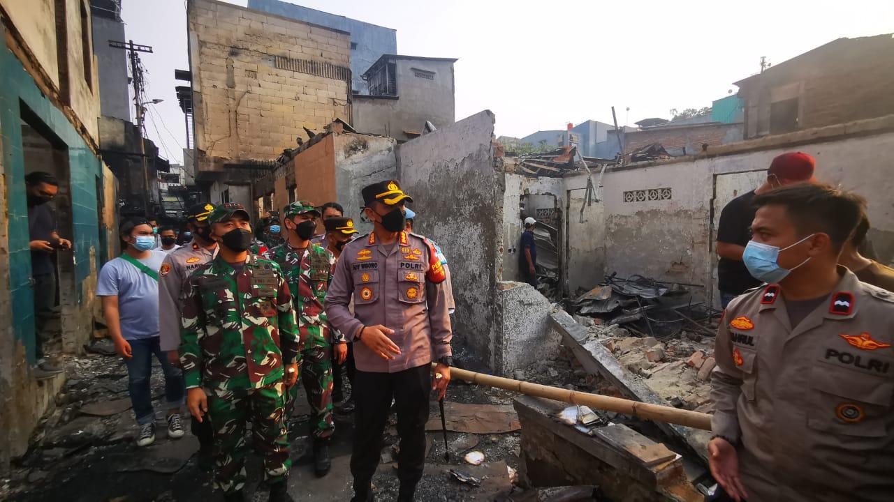 Kapolres Metro Jakbar dan Dandim 0503 JB Beri Bantuan dan Trauma Healing Korban Kebakaran di Taman Sari