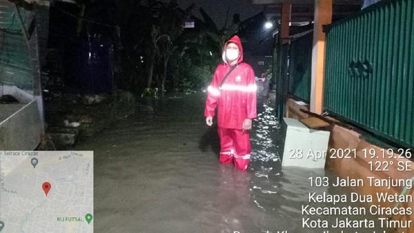 Warga Cipinang Melayu Hendak Berbuka Puasa Luapan Banjir Datang