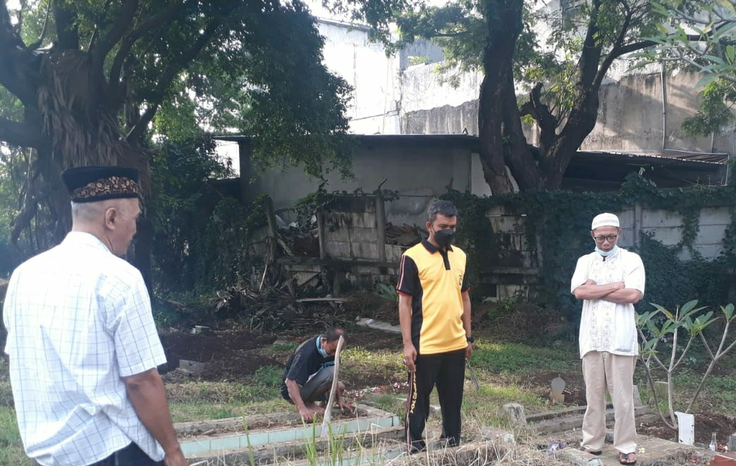 Sambut Bulan Suci Ramadhan, Polsek Kembangan Bersama Koramil Bersih Bersih Makam Hingga Bagikan Sembako