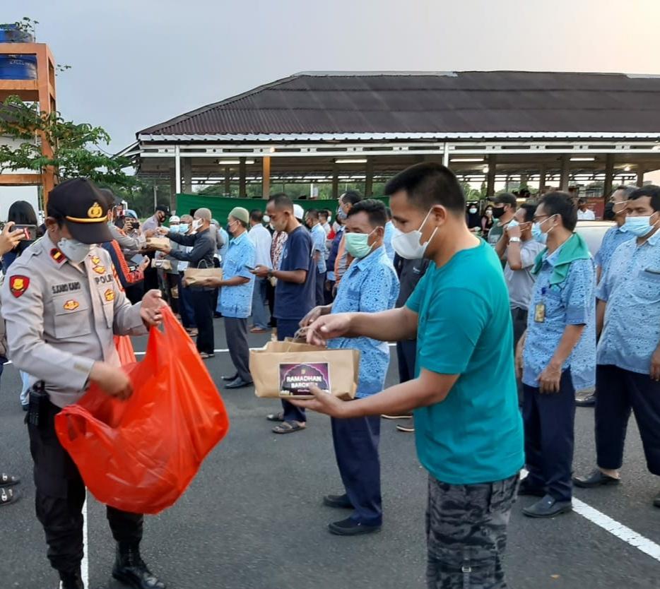 Ramadhan Barokah, Polresta Bandara Soekarno-Hatta Bagikan Takjil
