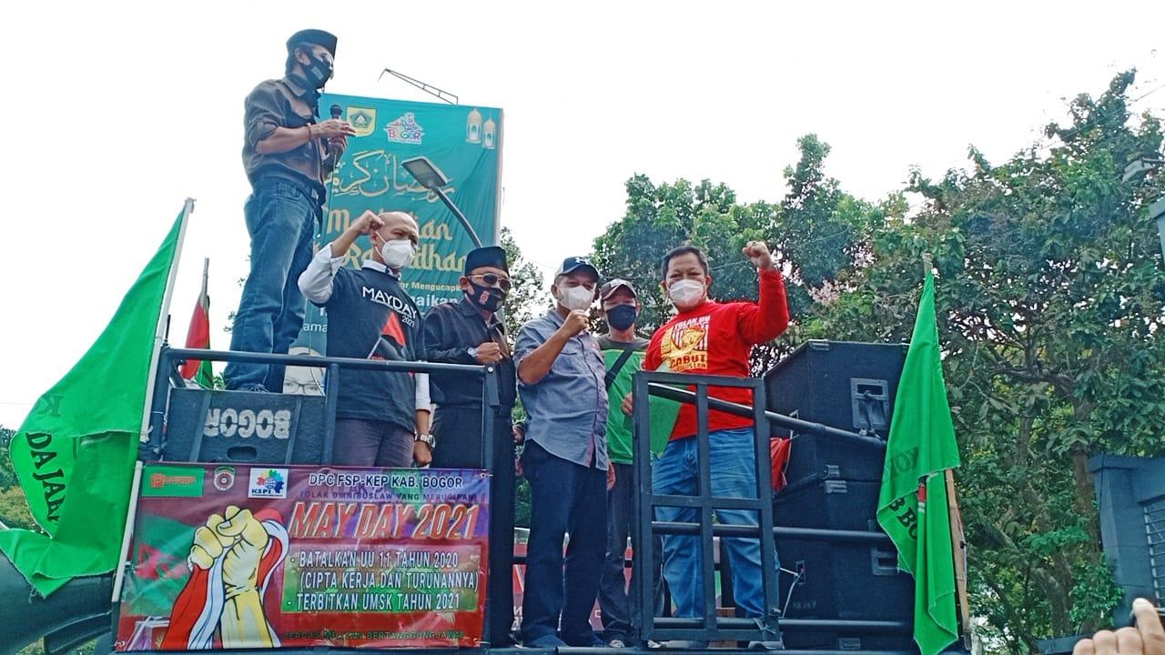 """Buruh May Day"""" di Depan Kantor Bupati Bogor, Komarudin Sampaikan Petisi"""