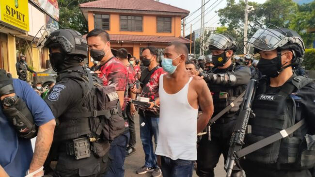Kampung Ambon Kembali Di Gerebak, Polisi Temukan Senjata Tajam Hingga Senjata Rakitan