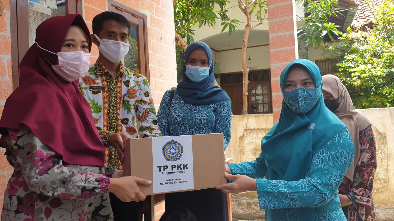 TP PKK Pusat Telah Salurkan 10 Ribu Paket Sembako di Sejumlah Wilayah Indonesia Serta Dukung Program Vaksinasi