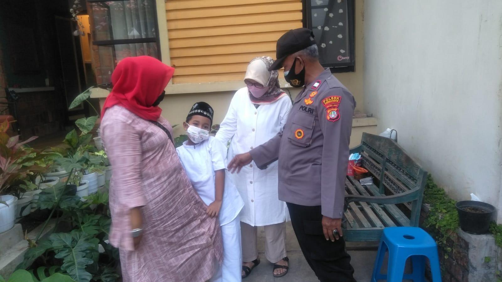 Panit Binmas Polsek Kembangan Jemput Peserta khitanan Masal di Wilayah Joglo